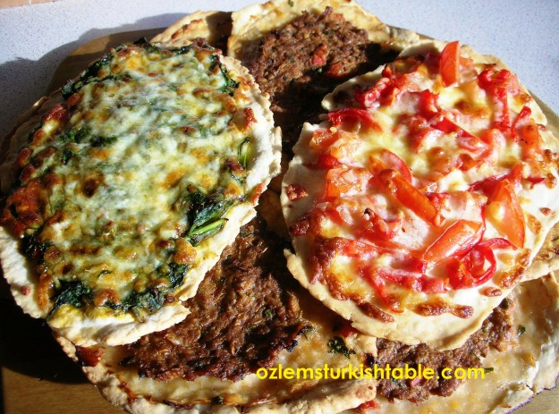 Turkish flatbreads with ground meat and vegetarian filling; Kiymali ve Sebzeli Pide