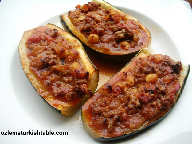 Zucchini (courgettes) stuffed with ground meat, onions and chickpeas; Kabakli Sih el mahsi