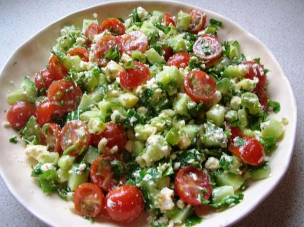 Салат из лука порея и огурцов