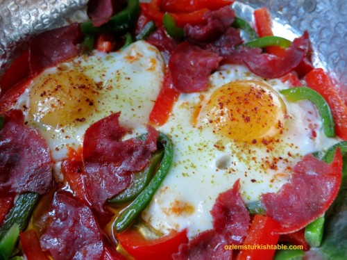 Eggs with peppers and pastirma; Pastirmali Yumurta