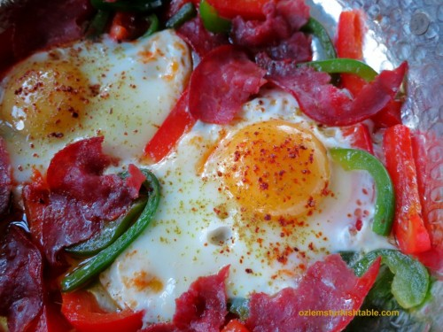 Eggs with pastirma and peppers