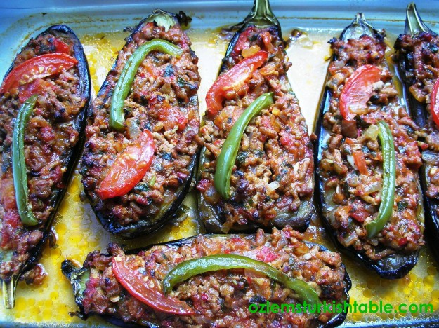 Karniyarik; Stuffed eggplants with ground meat, onion, tomatoes