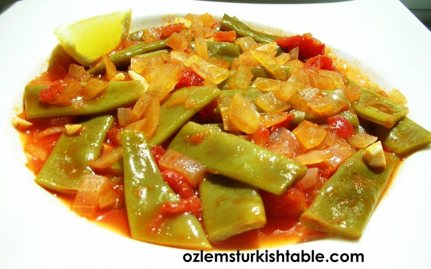 Green beans with onions, garlic and tomato, cooked in olive oil - Zeytinyagli Taze Fasulye