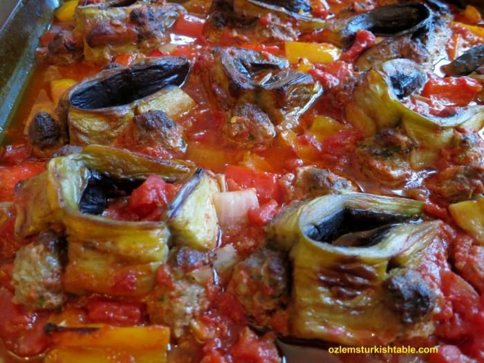 Baked bended eggplant slices with meatballs - Patlicanli beli bukuk